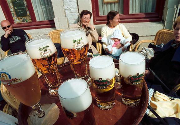 Nederland, Maastricht, 10-4-2002Een dienblad met Brand bier op een terras aan het  Vrijthof. Alkohol, rijvaardigheidFoto: Flip Franssen/Hollandse Hoogte