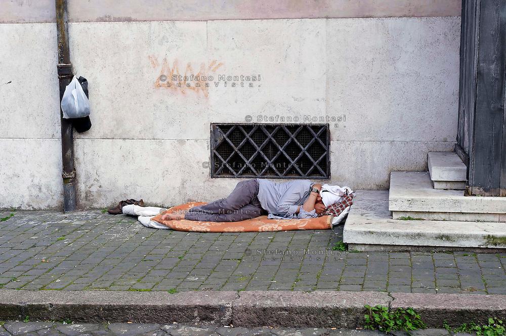 Roma 13 Aprile  2013.Piazza San Francesco di Paola.Senza fissa dimora dorme per la strada..Homeless sleeps on the street.