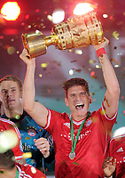 Fotball<br /> Tyskland<br /> 01.06.2013<br /> Foto: Witters/Digitalsport<br /> NORWAY ONLY<br /> <br /> Mario Gomez (Pokalsieger Bayern) mit dem Pokal<br /> <br /> Fussball, DFB-Pokal-Finale 2013, FC Bayern München - VfB Stuttgart