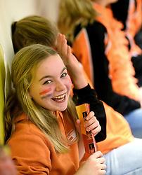 30-12-2015 NED: Nederland - Belgie, Almelo<br /> Op het 25 jaar Topvolleybal Almelo spelen Nederland en Belgie een oefen interland ter voorbereiding op het OKT dat maandag in Ankara begint. Nederland wint overtuigend met 3-1 / support, publiek, oranje, jeugd