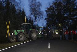 Am Rande der großen Anti-Atom-Kundgebung bei Dannenberg blockieren Landwirte eine der beiden möglichen Transportstrecken für den Castor. Sie verkeilen dazu mehrere Landmaschinen.<br /> <br /> Ort: Splietau<br /> Copyright: Andreas Conradt<br /> Quelle: PubliXviewinG