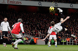 04.12.2010, Emirates Stadium, London, ENG, PL, FC Arsenal vs FC Fulham, im Bild Great acrobatic skills from from Fulham's Zoltan Gera  in Arsenal vs Fulham  for the EPL at the Emirates Stadium  in London on 04/12/2009. EXPA Pictures © 2010, PhotoCredit: EXPA/ IPS/ Marcello Pozzetti +++++ ATTENTION - OUT OF ENGLAND/UK and FRANCE/FR +++++
