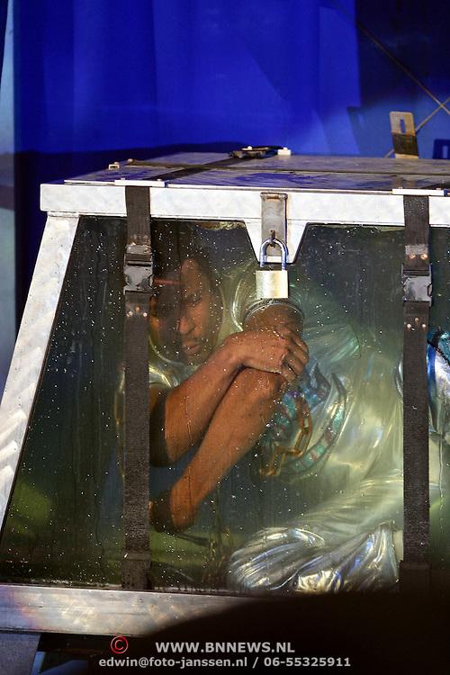 NLD/Den Bosch/20081119 - Opname Kerststerrencircus 2008, John Wiliams met zijn onderwateract