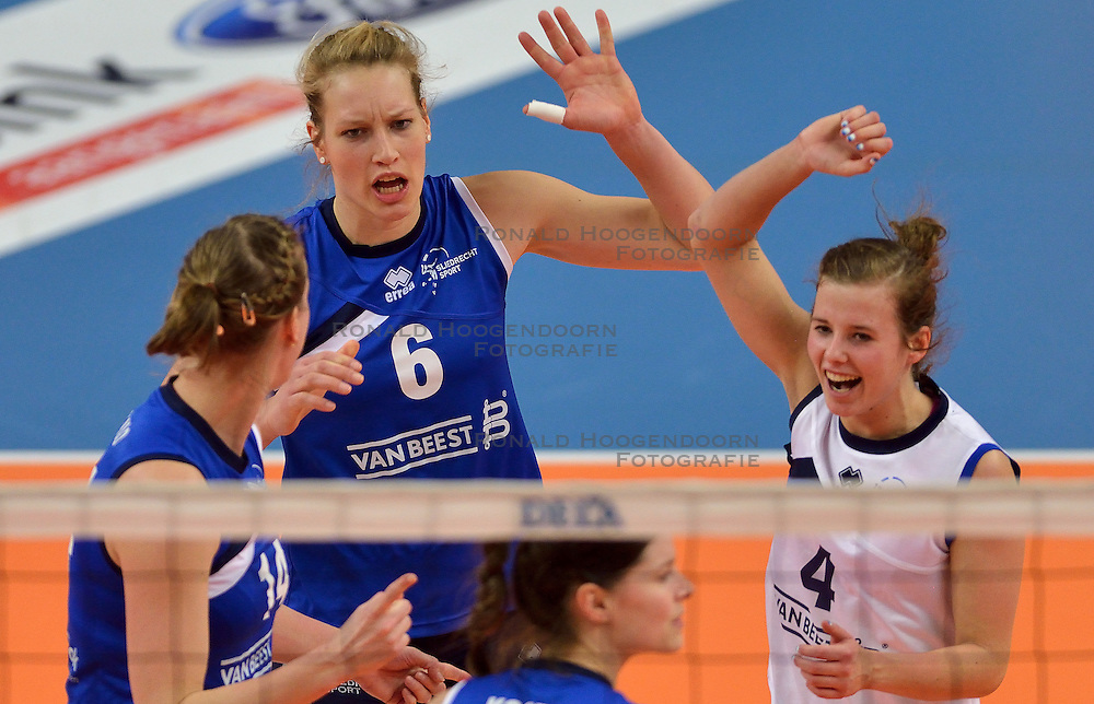 22-02-2015 NED: Bekerfinale VC Sneek - Sliedrecht Sport, Zwolle<br /> Angelique Vergeer #6, Daisy Xhofleer #4