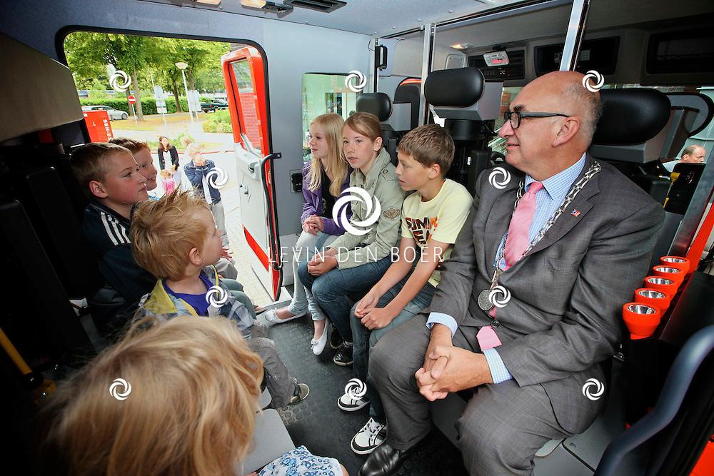 ZALTBOMMEL - Bij de Zaltbommelse Brandweer is een opendag gehouden. Mensen konden in de brandweerwagens zitten en spuiten met een echte brandweerslang. Met op de foto Burgemeester Albert van den Bosch in een brandweerwagen met kinderen. FOTO LEVIN DEN BOER - PERSFOTO.NU