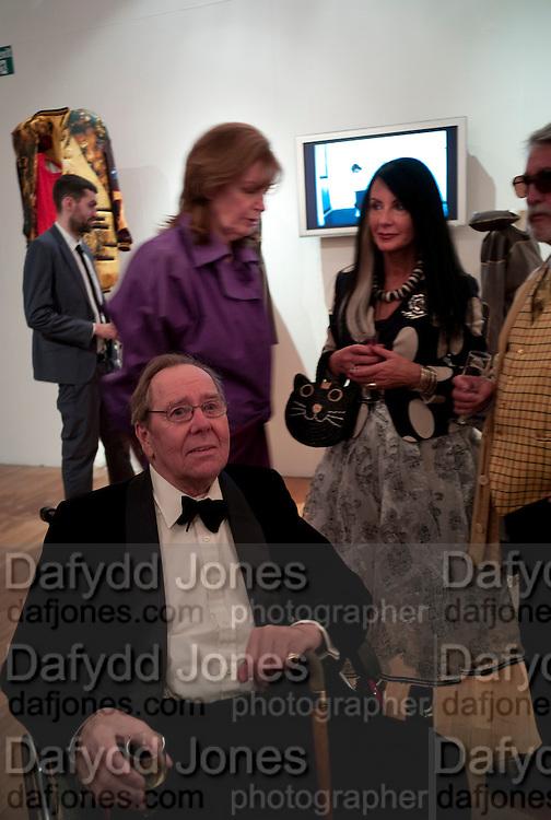 LADY SNOWDON; SUE TIMNEY; LORD SNOWDON;  JUSTIN DE VILLENEUVE, The Royal College of Art Fashion Gala. Kensington Gore. London. 11 June 2009.
