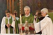 Aartsbisschop Joris Vercammen (midden) gaat voor tijdens de mis, met rechts Annemieke Duurkoop en links Bernd Wallet. Links van hem de nieuwe pastoor Bernd Wallet, rechts Annemieke Duurkoop. Op zondag 31 oktober is in de Getrudiskathedraal in Utrecht  Annemieke Duurkoop als eerste vrouwelijke plebaan van Nederland geïnstalleerd. Duurkoop wordt de nieuwe pastoor van de Utrechtse parochie van de Oud-Katholieke Kerk (OKK), deze kerk heeft geen band met het Vaticaan. Een plebaan is een pastoor van een kathedrale kerk, die eindverantwoordelijk is voor een parochie. Eerder waren bij de OKK al twee vrouwelijk priesters geïnstalleerd, maar die zijn geen plebaan.<br /> <br /> Archbishop Joris Vercammen between pastor Bernd Wallet (left) and dean Annemieke Duurkoop (right). At the St Getrudiscathedral in Utrecht the first female dean of the Old-Catholic Church (OKK), Annemieke Duurkoop, is installed together with a new pastor Bernd Wallet. The church has no connections with the Vatican.
