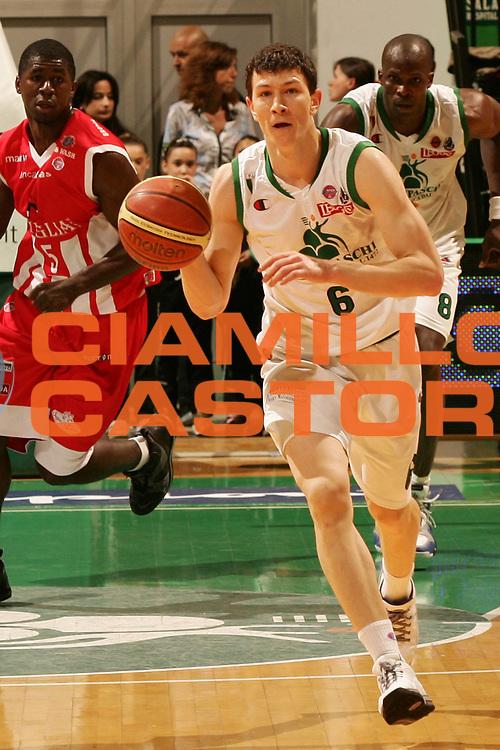 DESCRIZIONE : Siena Lega A1 2007-08 Montepaschi Siena Siviglia Wear Teramo <br /> GIOCATORE : Vlado Ilievski <br /> SQUADRA : Montepaschi Siena <br /> EVENTO : Campionato Lega A1 2007-2008 <br /> GARA : Montepaschi Siena Siviglia Wear Teramo <br /> DATA : 13/04/2008 <br /> CATEGORIA : Palleggio <br /> SPORT : Pallacanestro <br /> AUTORE : Agenzia Ciamillo-Castoria/P.Lazzeroni