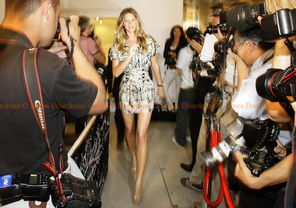 Brazilian supermodel Gisele Bundchen arrives at a press conference with Arsenal Football Clubs Managing Director Keith Elderman and Ebel president Thomas Van De Kallen as they announce plans for their forthcoming partnership in London June 19, 2007 REUTERS/James Boardman (BRITAIN)
