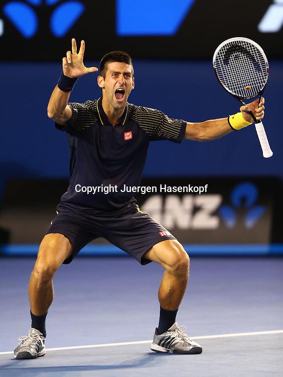 Australian Open 2013, Melbourne Park,ITF Grand Slam Tennis Tournament,Herren Endspiel,Finale,.Novak Djokovic (SRB) jubelt nach seinem Sieg und haelt drei Finger hoch nachdem er das Turnier 3 mal hinter einander gewonnen hat,.Jubel,Emotion,Freude, Einzelbild,Ganzkoerper,Hochformat,Matchball,.Symbol,