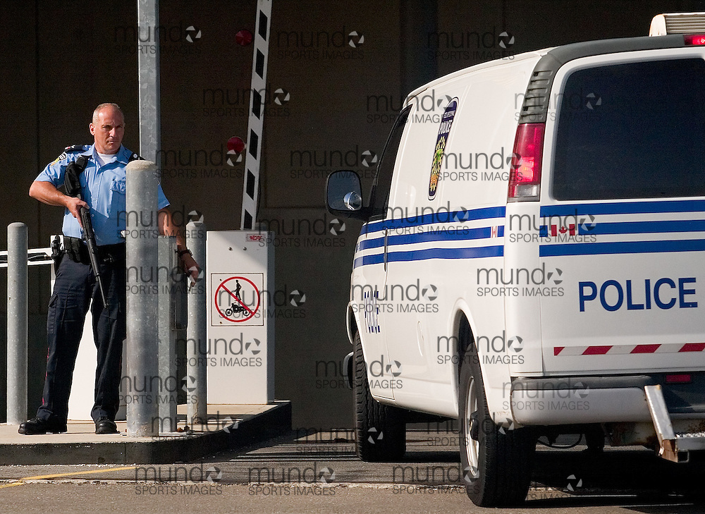 Toronto, Ontario ---06/6/6--- Police stand guard at the entrance to the courthouse in Brampton Ontario, a suburb of Toronto as suspects in a terrorist plot appeared in court Tuesday June 6, 2006..GEOFF ROBINS<br />