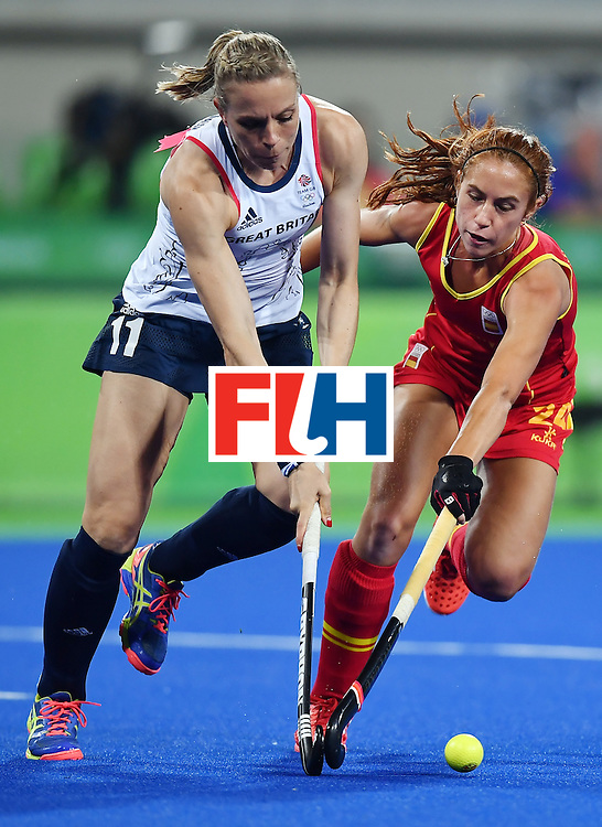 Britain's Britain's Kate Richardson-Walsh (L) vies with Spain's Begona Garcia during the women's quarterfinal field hockey Britain vs Spain match of the Rio 2016 Olympics Games at the Olympic Hockey Centre in Rio de Janeiro on August 15, 2016. / AFP / MANAN VATSYAYANA        (Photo credit should read MANAN VATSYAYANA/AFP/Getty Images)