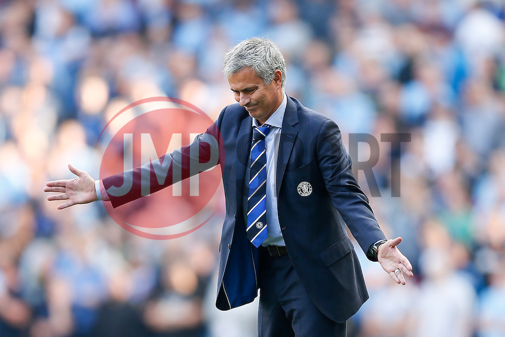 Manager Jose Mourinho of Chelsea urges his team forwards - Photo mandatory by-line: Rogan Thomson/JMP - 07966 386802 - 21/08/2014 - SPORT - FOOTBALL - Manchester, England - Etihad Stadium - Manchester City v Chelsea FC - Barclays Premier League.