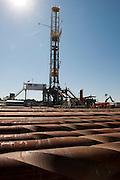 Cuero, Texas. Fracking brought a huge oil boom to Dewitt County in Texas...Auf dem Gelände und vor einem Bohrturm der Firma Marathon Oil..Im Vordergrund: Bohrstangen....© Stefan Falke www.stefanfalke.com.Unterwegs mit Peter Hossli.