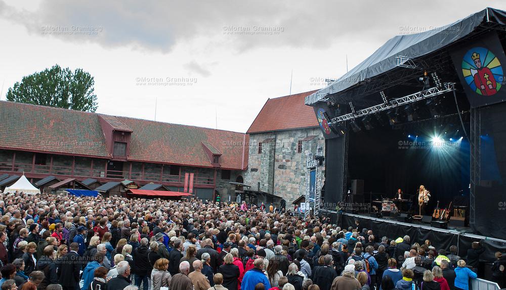 Anne Grete Preus i Borgg&aring;rden, Erkebispeg&aring;rden, mandag 30. juli 2012. Patti Smith i Borgg&aring;rden under Olavsfestdagene 2012.<br /> <br /> Patti Smith playing in Trondheim during the St Olav festival 2012.
