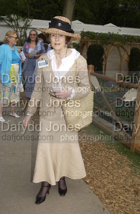 Lady Salisbury, Chelsea Flower show, 25 May 2004. ONE TIME USE ONLY - DO NOT ARCHIVE  © Copyright Photograph by Dafydd Jones 66 Stockwell Park Rd. London SW9 0DA Tel 020 7733 0108 www.dafjones.com