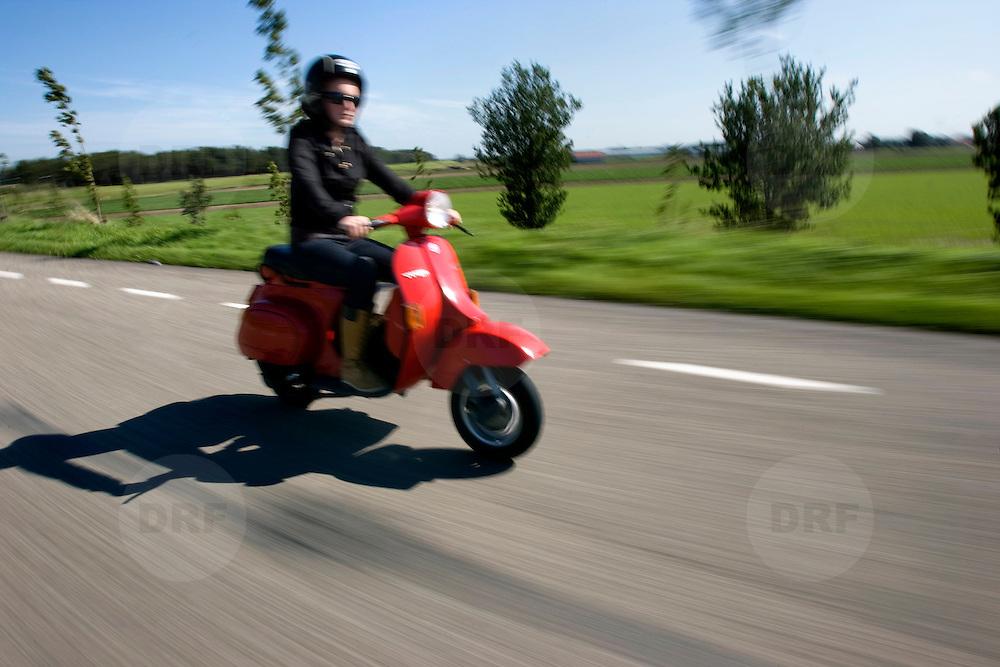 Nederland Barendrecht 9 september 2008 Foto: David Rozing .Serie Nederland in beweging. Scholier rijdt op scooter naar huis ..Foto David Rozing