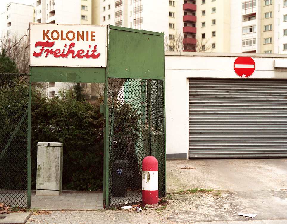 &copy;  christian  JUNGEBLODT.<br />BERLINER MAUER HEUTE: Berlin Neuk&ouml;lln<br />Kleingartenkolonien an der Bezirkgrenze zu Treptow,<br />die durch die Mauer gertrennt waren ...<br />&quot;Kolonie Freiheit&quot; im Westen Berlins...