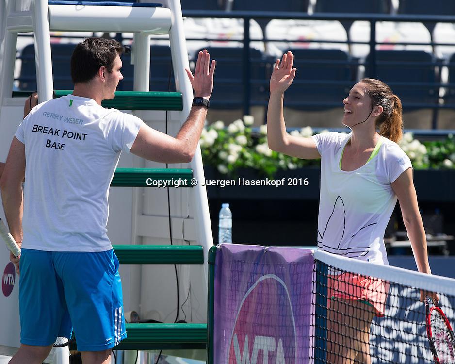 Andrea Petkovic (GER) klatscht ab mit Physiotherapeut Dennis beckermann nach dem  Training<br /> <br /> Tennis - Dubai Tennis Championships 2016 -  WTA -  Dubai Duty Free Tennis Stadium - Dubai  -  - United Arab Emirates  - 18 February 2016.