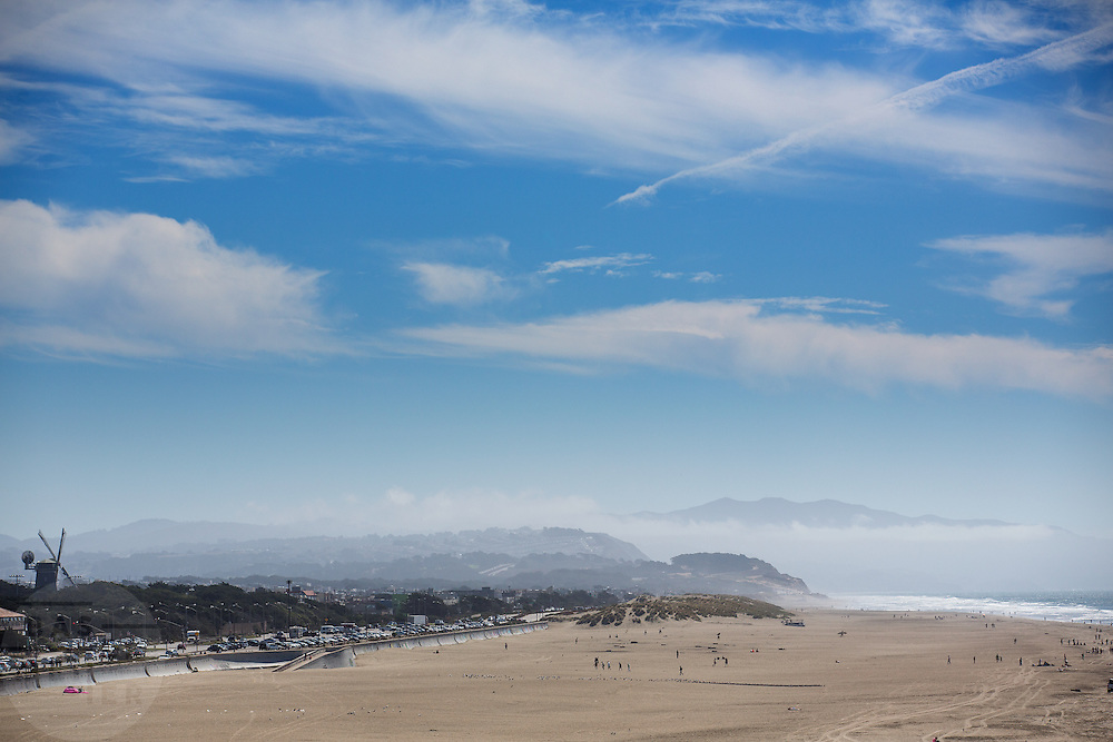 Het strand aan de kust van de Stille Oceaan bij San Francisco met links de Dutch Mill in het Golden Gate Park. De Amerikaanse stad San Francisco aan de westkust is een van de grootste steden in Amerika en kenmerkt zich door de steile heuvels in de stad.<br /> <br /> The beach at the coast of the Pacific Ocean near San Francisco with left the Dutch Mill at the Golden Gate Park. The US city of San Francisco on the west coast is one of the largest cities in America and is characterized by the steep hills in the city.