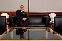 09 APR 2003, BERLIN/GERMANY:<br /> Wolfgang Clement, SPD, Bundesminister fuer Wirtschaft und Arbeit, in seinem Buero, Bundesministerium fuer Wirtschaft und Arbeit<br /> Wolfgang Clement, Federal Minister for Economy and Employment, in his office<br /> IMAGE: 20030409-02-027