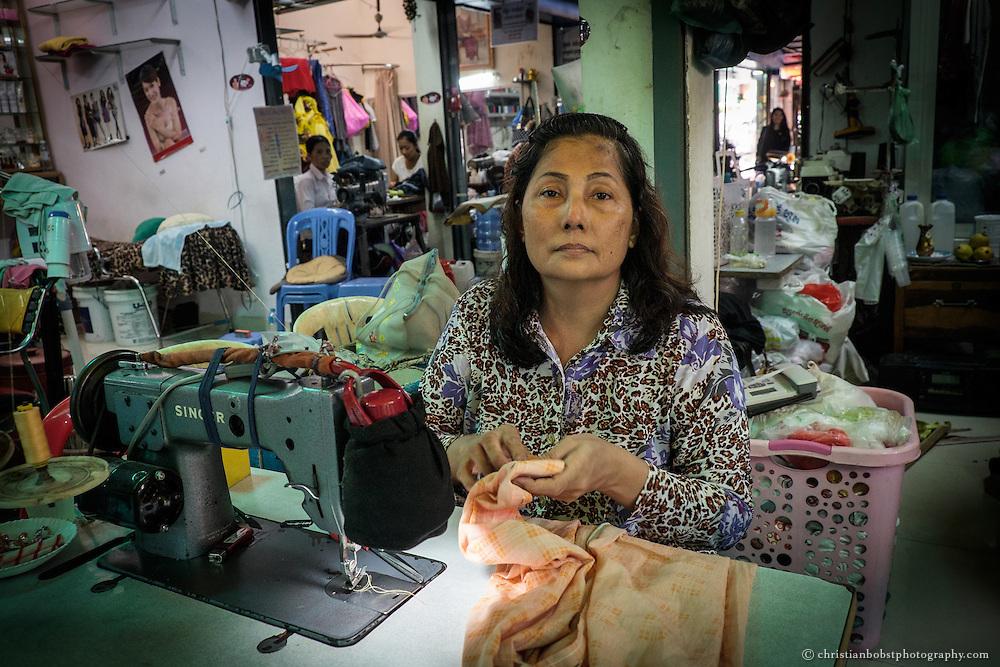 Eine Schneiderin im Central Market in Phnom Penh.