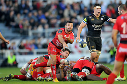 Eric Escande of Toulon passes the ball - Mandatory byline: Patrick Khachfe/JMP - 07966 386802 - 10/01/2016 - RUGBY UNION - Stade Mayol - Toulon, France - RC Toulon v Bath Rugby - European Rugby Champions Cup.