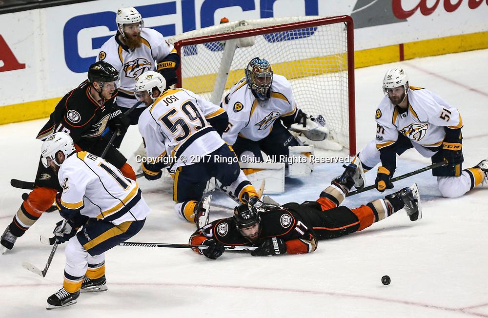 5月12日,双方球员在门前混战。当日,在美国加利福尼亚州的阿纳海姆举行的2016-2017赛季國家冰球聯盟(NHL)季后赛西部决赛,阿纳海姆鸭队 (Anaheim Ducks) 主场以3比2不敌纳什维尔捕食者队(Nashville Predators)。新华社发 (赵汉荣摄)