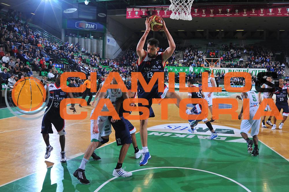 DESCRIZIONE : Treviso Lega A 2009-10 Basket Benetton Treviso Angelico Biella<br /> GIOCATORE : Luca Garri<br /> SQUADRA : Angelico Biella<br /> EVENTO : Campionato Lega A 2009-2010<br /> GARA : Benetton Treviso Angelico Biella<br /> DATA : 03/04/2010<br /> CATEGORIA : Rimbalzo<br /> SPORT : Pallacanestro<br /> AUTORE : Agenzia Ciamillo-Castoria/M.Gregolin<br /> Galleria : Lega Basket A 2009-2010 <br /> Fotonotizia : Treviso Campionato Italiano Lega A 2009-2010 Benetton Treviso Angelico Biella<br /> Predefinita :