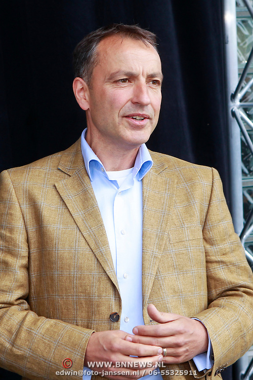 NLD/Arnhem/20110513 - Marco Borsato krijgt speciale tegel in het Gelredome, directeur Gelredome