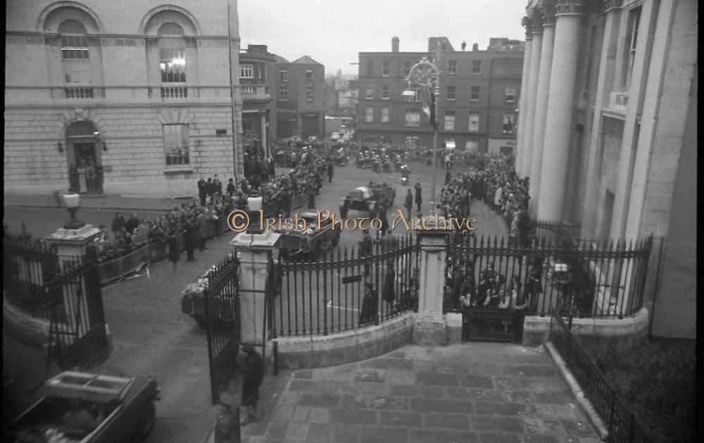 Funeral of President Childers.    (H62)..1974..20.11.1974..11.20.1974..20th November 1974..Following a period of lying in state, the remains of President Erskine Childers were removed today from Dublin Castle. The cortege would transfer the president to St Patrick's Cathedral where the funeral service would be held...Photograph shows cortege leaving Dublin Castle going on to Dame Street. The cortege will turn left and proceed to St Patrick's Cathedral via Christchurch.