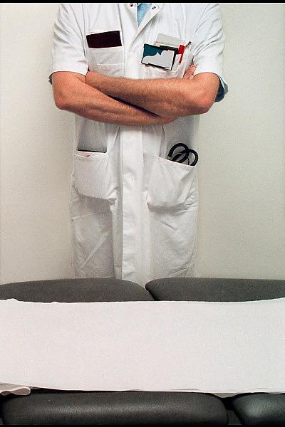 Nederland, Nijmegen, 22-5-2008Medisch specialist bij onderzoeksbed.Foto: Flip Franssen
