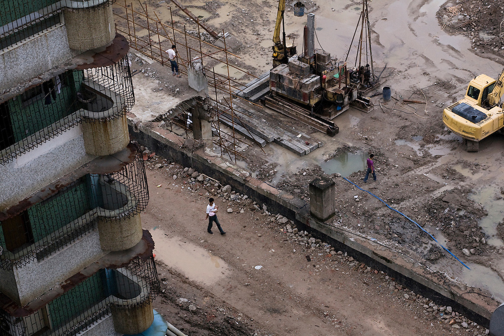 L'un des chantiers qui ponctuent le paysage de Zhongshan dans le delta de la rivière des Perles. Le centre ville où les bâtiments sont un peu plus anciens est en bouleversment complet. L'humidité de la zone oblige à d'importants travaux d'assèchement.