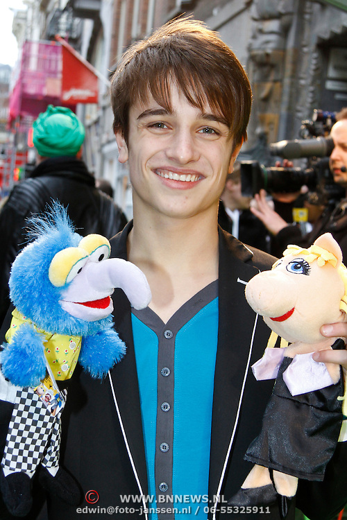 NLD/Amsterdam/20120121 - Filmpremiere The Muppets, Ralph Mackenbach met muppet