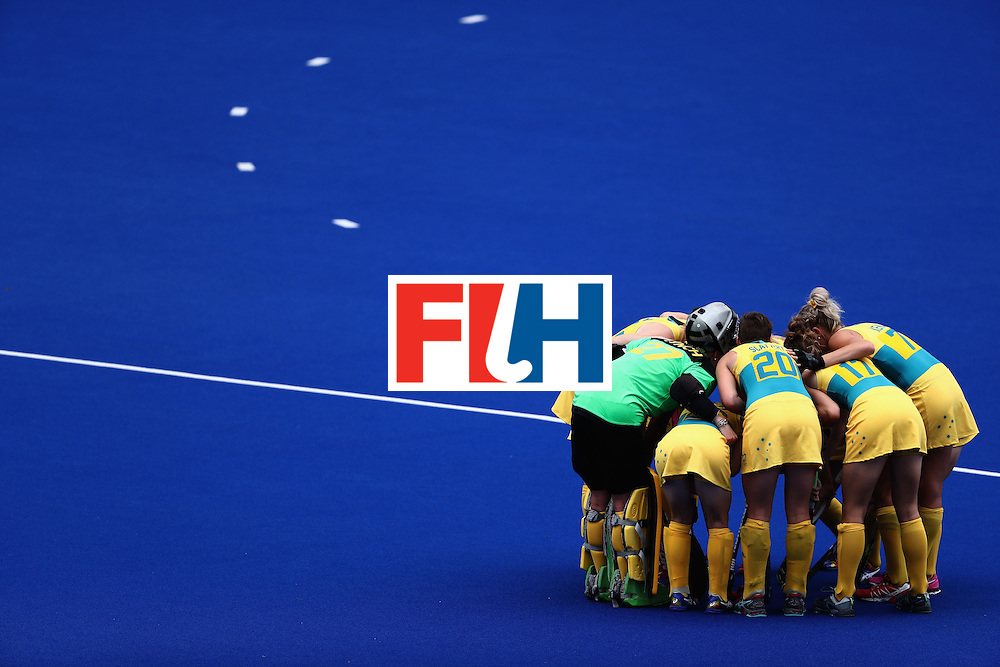 RIO DE JANEIRO, BRAZIL - AUGUST 08:  Team Australia huddles against the United States during a Women's Pool B match on Day 3 of the Rio 2016 Olympic Games at the Olympic Hockey Centre on August 8, 2016 in Rio de Janeiro, Brazil.  (Photo by Sean Haffey/Getty Images)