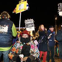 Nederland, Amsterdam , 8 januari 2015.<br /> Tientallen Nederlandse gemeenten staan vanavond vanaf 18.00 uur samen met hun inwoners stil bij de aanslag van woensdag op het Franse satirische weekblad Charlie Hebdo.<br /> In Amsterdam zijn zeker 4000 tot 5000 belangstellenden op de actie afgekomen, in Rotterdam ging het om 2000 tot 3000 mensen en in Den Haag om ruim duizend deelnemers. In Den Haag deden naast burgemeester Jozias van Aartsen en het Haagse college de staatssecretarissen Sander Dekker en Jetta Klijnsma mee, alsmede cabaretier Paul van Vliet. In Amsterdam liep een groep van ongeveer 150 politiemensen aan de kop van de stoet. Ook journalisten zijn opgeroepen vooraan de stoet te lopen.<br /> Op de foto: Demonstranten op de Dam tijdens het protest.<br /> Dutch cities remember tonight at 18:00 along the attack on the French satirical weekly Charlie Hebdo. On the picture: Amsterdam.