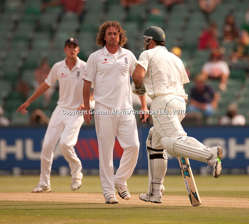 Graeme Smith runs off the bowling of Ryan Sidebottom (centre) during the fourth and final Test Match between South Africa and England at the Wanderers Stadium, Johannesburg. Photograph © Graham Morris/cricketpix.com (Tel: +44 (0)20 8969 4192; Email: sales@cricketpix.com)