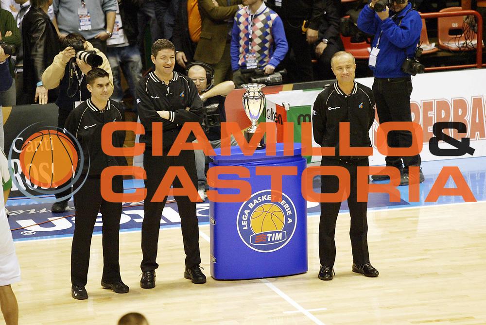 DESCRIZIONE : Forli Lega A1 2005-06 Coppa Italia Final Eight Tim Cup Montepaschi Siena Lottomatica Virtus Roma<br /> GIOCATORE : Arbitri<br /> SQUADRA : <br /> EVENTO : Campionato Lega A1 2005-2006 Coppa Italia Final Eight Tim Cup Semifinale<br /> GARA : Montepaschi Siena Lottomatica Virtus Roma<br /> DATA : 18/02/2006<br /> CATEGORIA : Arbitro<br /> SPORT : Pallacanestro<br /> AUTORE : Agenzia Ciamillo-Castoria/G.Cottini