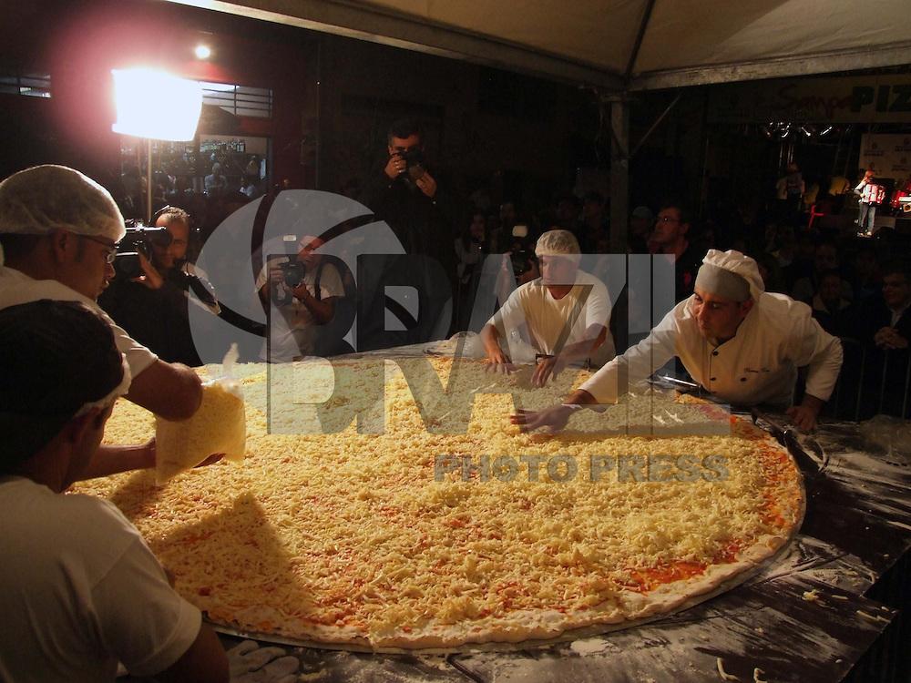SÃO PAULO, SP, 10 DE JULHO DE 2009 - SAMPA PIZZA - Na noite desta sexta-feira (10), comemora-se o Dia da Pizza e a cidade para comemorar está data monta a maior pizza  já feita no Brasil, com 2,20 metros de diâmetro no bairro na Moóca região leste da capital paulsita FOTO: WILLIAM VOLCOV / BRAZIL PHOTO PRESS