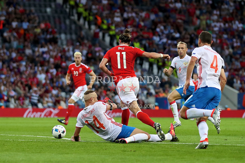 TOULOUSE, FRANCE - Monday, June 20, 2016: Wales' Gareth Bale in action against Russia's captain Vasili Berezutski during the final Group B UEFA Euro 2016 Championship match at Stadium de Toulouse. (Pic by David Rawcliffe/Propaganda)
