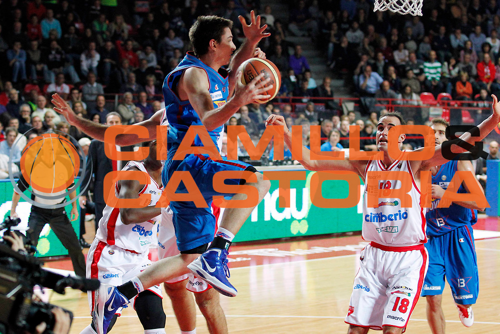 DESCRIZIONE : Varese Campionato Lega A 2011-12 Cimberio Varese Novipiu Casale Monferrato<br /> GIOCATORE : Matt Janning<br /> CATEGORIA :  Passaggio Equilibrio<br /> SQUADRA : Novipiu Casale Monferrato<br /> EVENTO : Campionato Lega A 2011-2012<br /> GARA : Cimberio Varese Novipiu Casale Monferrato<br /> DATA : 23/10/2011<br /> SPORT : Pallacanestro<br /> AUTORE : Agenzia Ciamillo-Castoria/G.Cottini<br /> Galleria : Lega Basket A 2011-2012<br /> Fotonotizia : Varese Campionato Lega A 2011-12 Cimberio Varese Novipiu Casale Monferrato<br /> Predefinita :