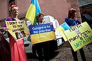 Frankfurt am Main | 05 July 2014<br /> <br /> Am Samstag (05.07.2014) demonstrierten am Domplatz in Frankfurt am Main etwa 25 Menschen f&uuml;r die Unabh&auml;ngigkeit der Ukraine und gegen den Einfluss von Russland.<br /> Hier: Demonstrantinnen mit verschiedenen Plakaten.<br /> <br /> [Foto honorarpflichtig, kein Model Release]<br /> <br /> &copy;peter-juelich.com
