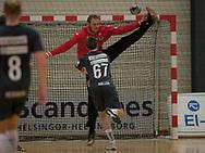 HÅNDBOLD: Mike Jensen (Nordsjælland) redder afslutning fra Tobias Torpegaard Møller (Århus) under kampen i 888-Ligaen mellem Nordsjælland Håndbold og Århus Håndbold den 2. september 2017 i Helsinge Hallen. Foto: Claus Birch.