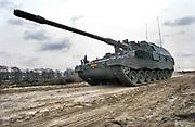 Nederland, Schaarsbergen, 6-4-2016Militairen van de luchtmobiele brigade geven een demonstratie bij Arnhem. Hier de Panzer Houwitser 2000, een mobiel kanon dat 50 km ver kan schieten en ook in Afghanistan rugdekking gaf aan de militairen van Tas group Uruzgan.Foto: Flip Franssen/Hollandse Hoogte