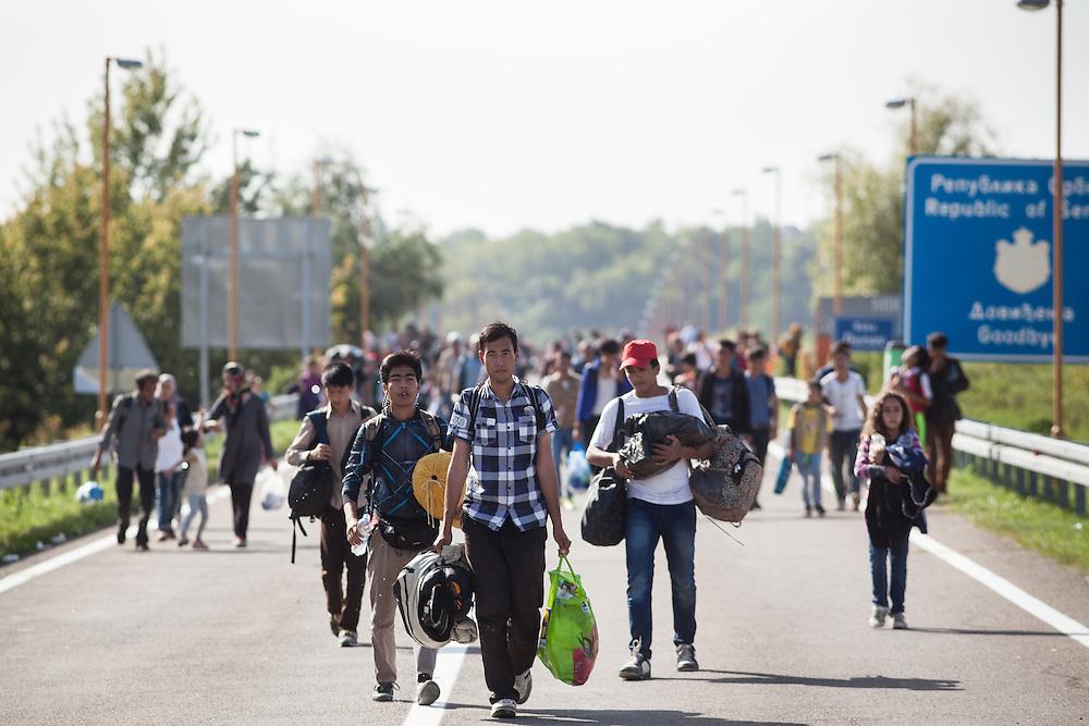Kroatisch Sicherheitskräfte haben die Brücke mit einem Bagger und einigen Einsatzwagen blockiert. D die Flüchtlinge nicht nach Serbine zurückkehren wollen, harren sich bei 37 Grad in der Mittagssonne aus.