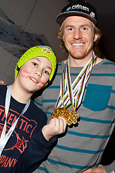 15.02.2013, Audi Media Lounge, AUT, FIS Weltmeisterschaften Ski Alpin, Schladming, im Bild Ted Ligety (USA, 1. Platz) mit Fan Tristan (AUT/USA) // 1st place Ted Ligety (USA) with Fan Tristan (AUT/USA) during FIS Ski World Championships 2013 at the Audi Media Lounge, Schladming, Austria on 2013/02/15. EXPA Pictures © 2013, PhotoCredit: EXPA/ Markus Casna