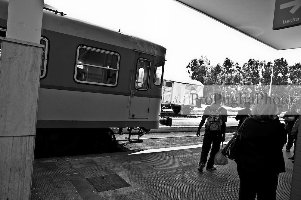 il treno si appresta a ripartire dopo aver sbarcato buona parte dei suoi viaggiatori. Reportage che analizza le situazioni che si incontrano durante un viaggio lungo le linee ferroviarie delle Ferrovie Sud Est nel Salento.