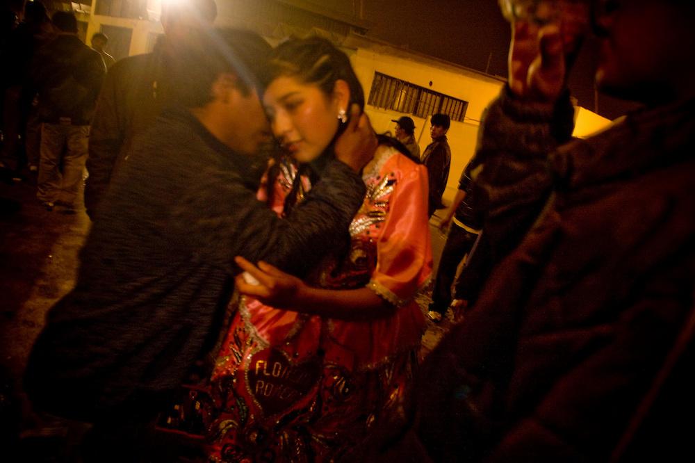 Flor Romero es felicitada por una sistente luego de terminar su fiesta de aniversario.