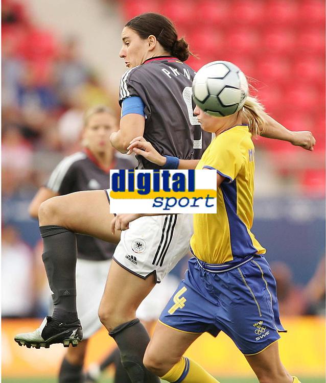 Fotball, 26. august 2004, Ol Athen, v.l. Birgit Prinz, Tyskland , Hanna Marklund, Sverige