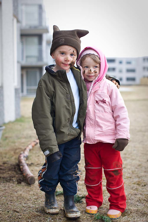 Ari Carl og Guðrún Ragna skítug upp fyrir haus, úti að leika við Sandavað.